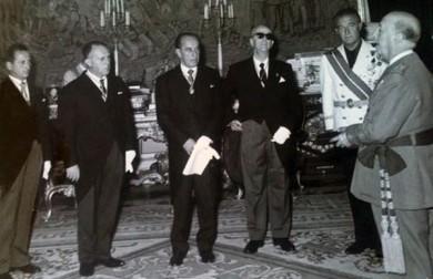 Juan Melgarejo, a la izquierda, acompañando al alcalde de la Ciudad, entonces Luis Portillo Ruiz, en una audiencia concedida por el anterior Jefe de Estado, el general Francisco Franco.
