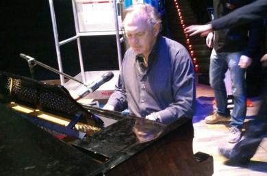 Pedro Piqueras, antes de la gala, tocando el piano
