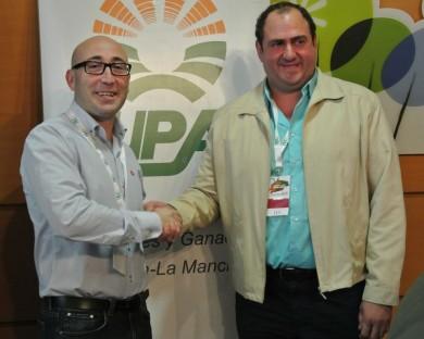 Ramón Sáez (secretario general entrante) y Julián Martínez (secretario general saliente)