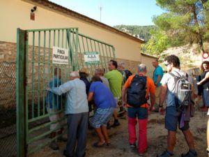 Protesta en Minglanilla (Cuenca) quitando la valla en un camino público cortado